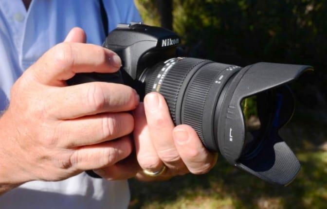 Cara Memegang Kamera Dengan Benar