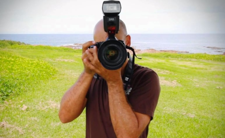 Cara Memegang Kamera Digital Dengan Benar